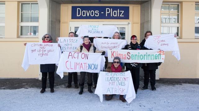 Zu sehen Seniorinnen, an einer Demonstration in Davos.