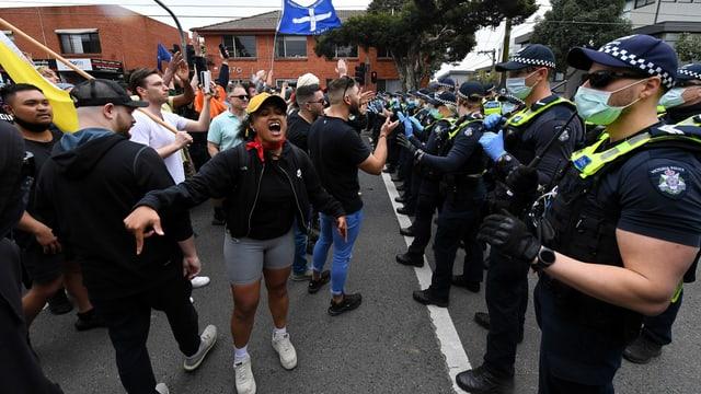 Demonstrierende treffen in Melbourne auf die Polizei.