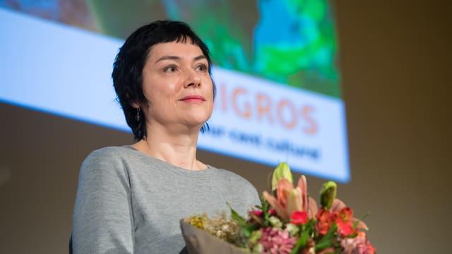Mirjam von Arx hält einen Blumenstrauss in der Hand.