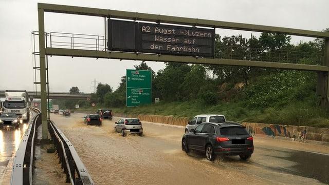 Eine überschwemmte Autobahn