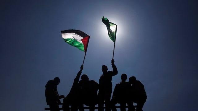 Personen mit palästinensischen Flaggen.