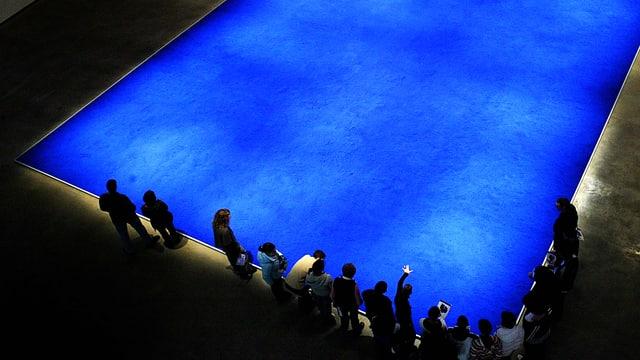 Eine riesige blaue Fläche, an deren Rand eine Schulklasse versammelt ist.