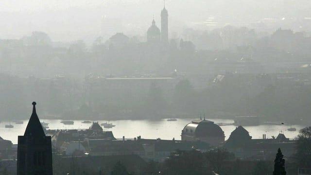 Trübe Luft über Zürich im März 2006. (keystone)