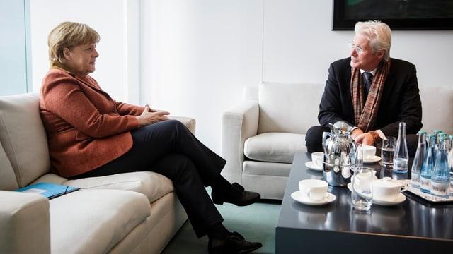 Merkel und Gere sitzend