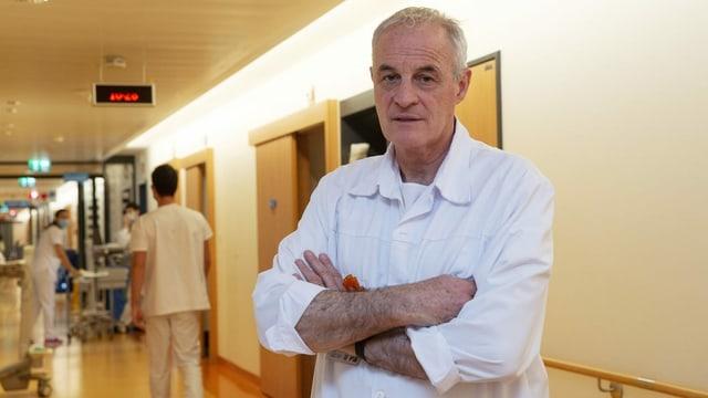 Mann mit grauem Haar auf Spitalgang