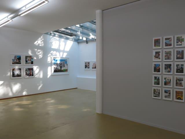 Ein Raum mit Bildern