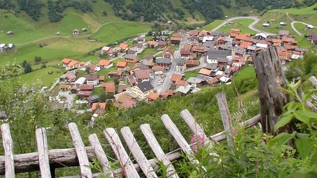 Vista sin Curaglia, il pli grond vitg da la Val Medel.