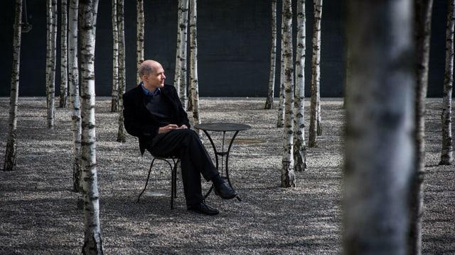Alain de Botton im Birkenwald seiner «School of Life»