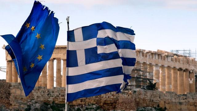 Griechische und Europäische Flagge vor der Akropolis