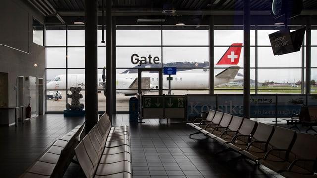 Flughafenhalle, dahinter ein Flugzeug