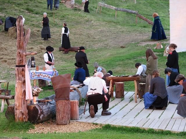 Menschen beten am Dorfbrunnen für Wasser.