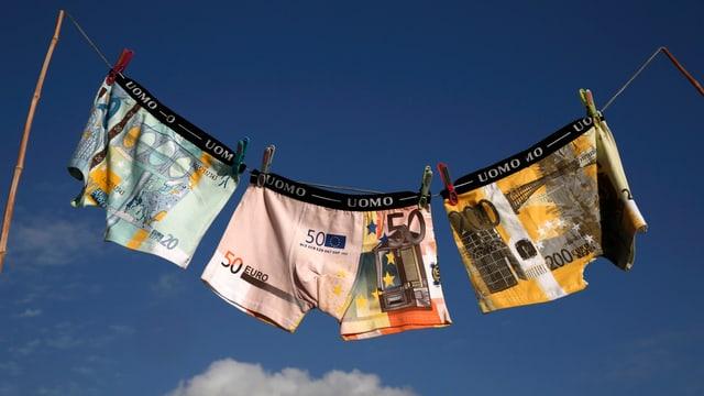 Unterhosen mit Euro-Scheinen flattern an der Wäscheleine.