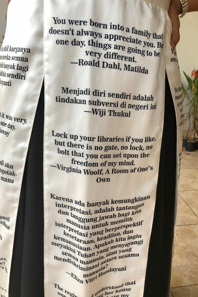 Der Stoff ist bedruckt mit Zitaten aus verbotenen Büchern.