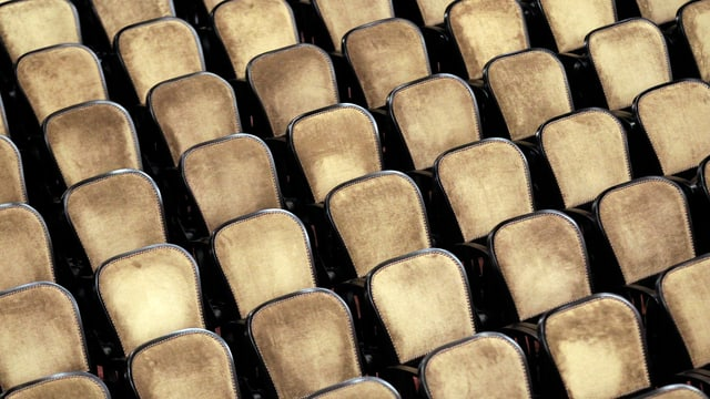Leere Stühle in einem Konzertsaal