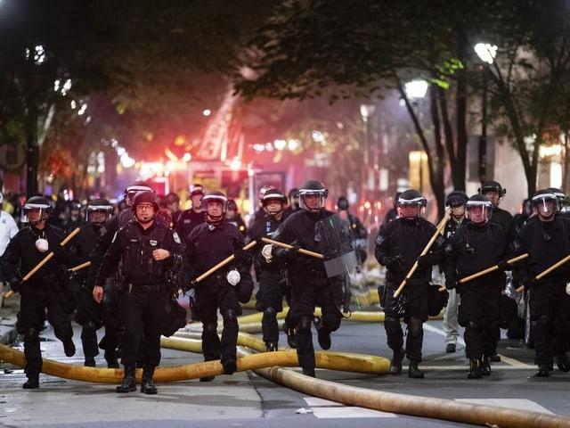 Polizisten in Philadelphia mit Schlagstöcken.