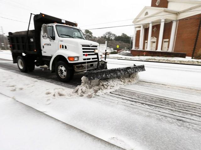 Ein Schneepflug in den Strassen von Avondale Estates, Georgia.