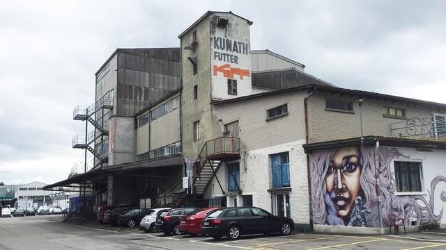 Aussenansicht eines alten Fabrikgebäudes