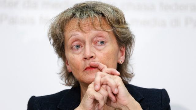 Eine schweigende Bundesrätin Eveline Widmer-Schlumpf vor den Medien.