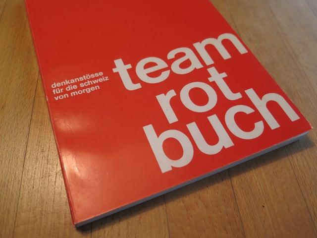 Rotes Buch mit Aufschrift Team Rot Buch