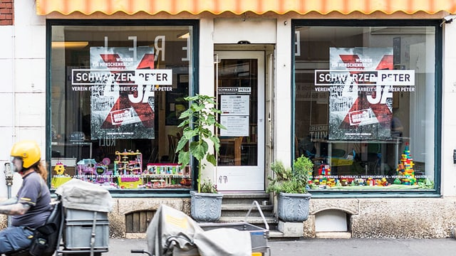 Eine Café-Front: zwei grosse Fenster.
