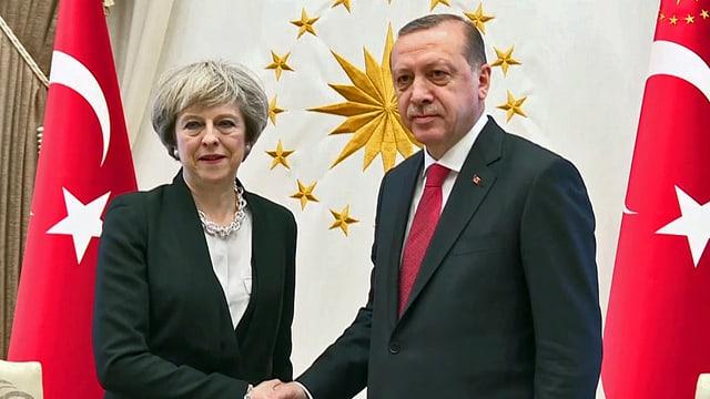 Theresa May und Recep Tayyip Erdogan schütteln sich die Hand.