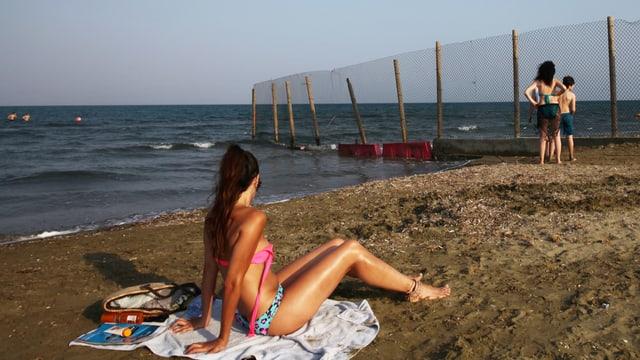 Eine Frau an einem Strand in Zypern.