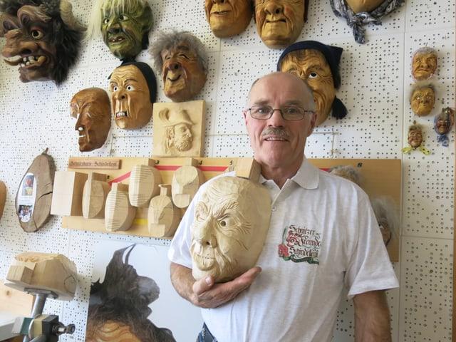 Ruedi Kyburz hat bereits rund 250 Holzklötze in Masken verwandelt.