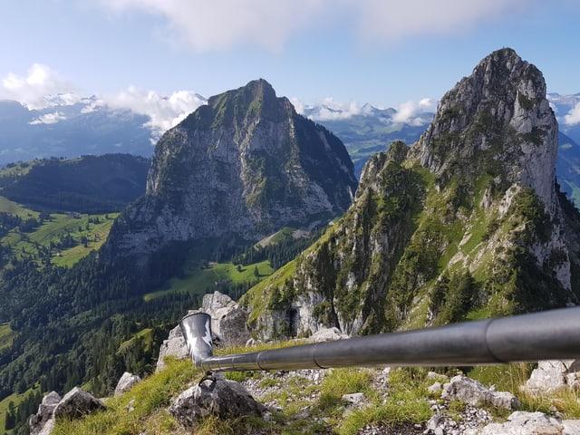 Herrliches Wanderwetter in der Innerschweiz, die Bergspitzen sind wolkenfrei.