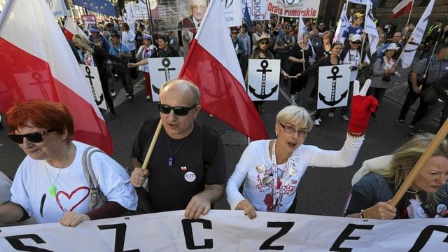Demonstranten auf der Strasse halten ein Banner