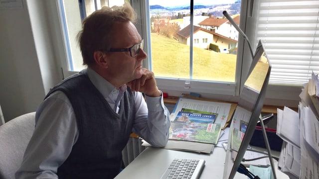 Pfarrer Jeremias Treu verbringt viel Arbeitszeit am Computer.