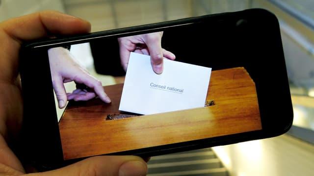 Eine Hand hält ein Smartphone