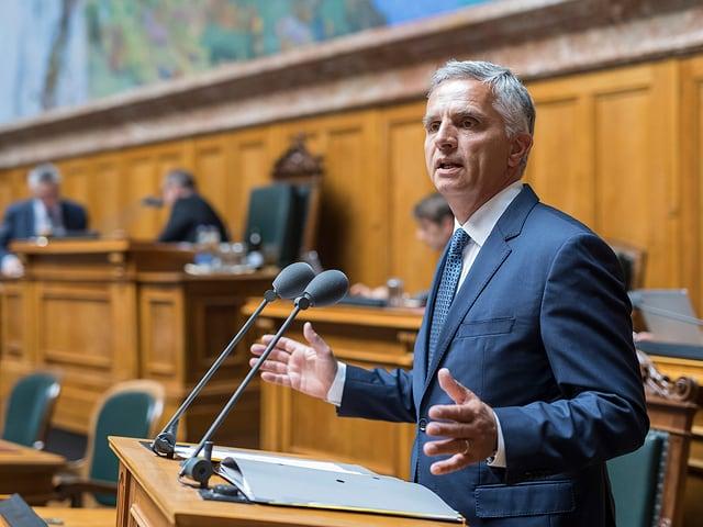 Vorne im Bild: Der abtretende Bundesrat Didier Burkhalter. Im Hintergrund: Verschwommene Parlamentarier.