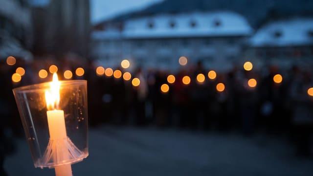 Solidaritätskundgebung vor der Churer Kahtedrale mit vielen brennenden Kerzen.