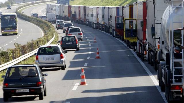 Lastwagen stehen am Gotthard im Stau.