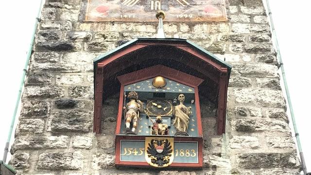 Figuren an einem alten Turm