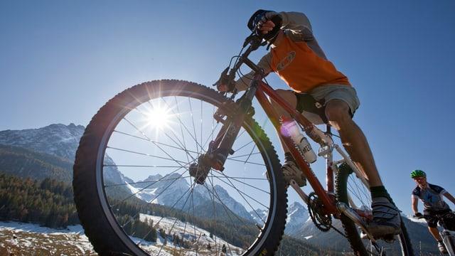 Ein Mountainbikefahrer von unten fotografiert.
