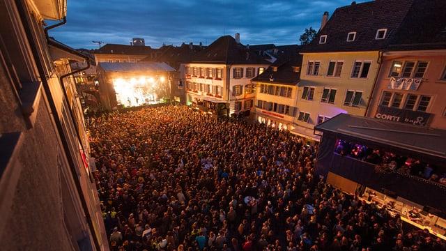 Eine Menschenmenge während eines Konzerts in der Winterthurer Altstadt.