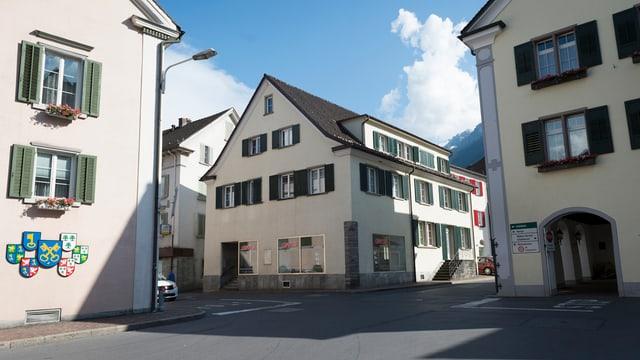Blick auf den Sitz des Sportrechtevermarktes Kentaro AG in einem Wohnhaus (Bildmitte),