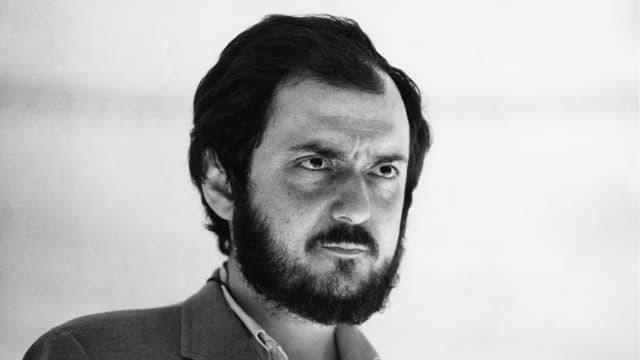 Stanley Kubrick blickt streng in die Ferne.
