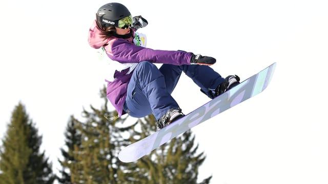 Sina Candrian macht einen Jump.