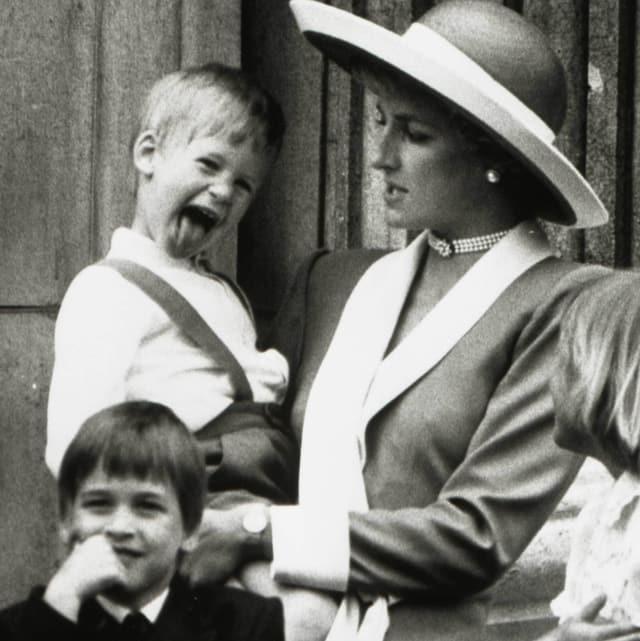 Prinz Harry auf dem Arm von Prinzessin Diana.