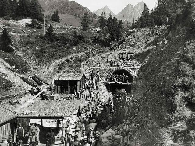 Il portal dal nord dal tunnel da l'Alvra durant la construcziun (enturn 1900).