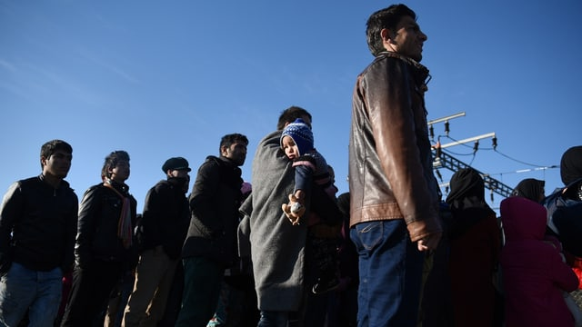Flüchtlinge stecken an Grenze fest.