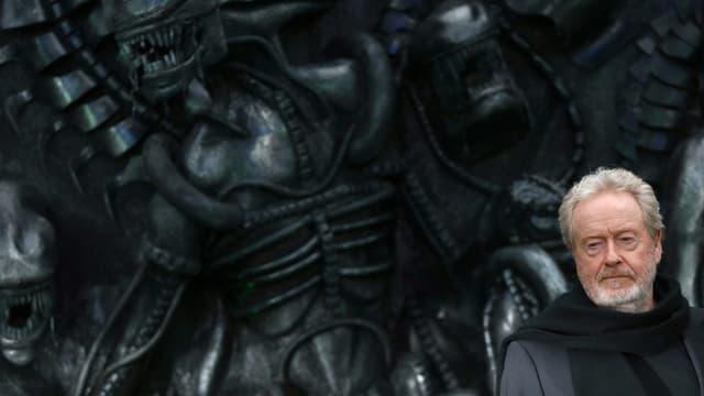 Regisseur Ridley Scott posiert anlässlich der Londoner Premiere seines neuen Films vor dem Alien.