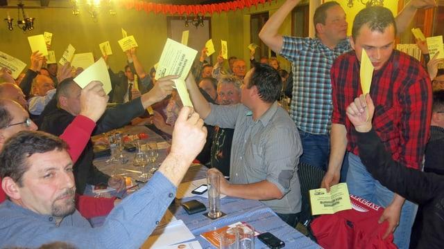 SVP-Mitglieder mit Stimmzetteln