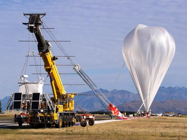 Der birnenförmige Ballon kurz vor dem Start.