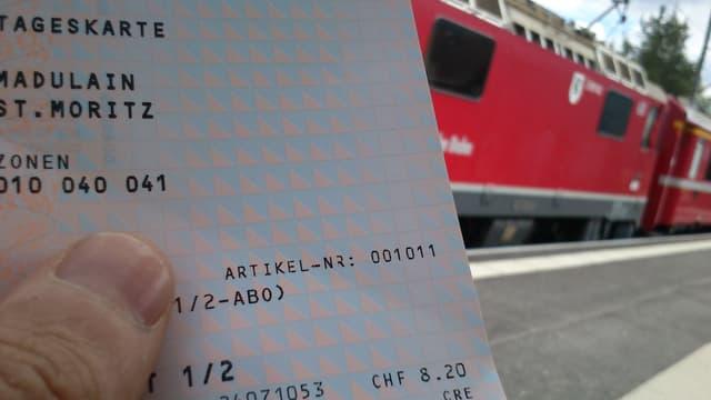 Bahnbillett vor Zug der Rhätischen Bahn.