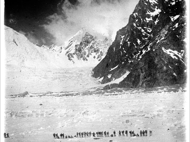 Zeitgenössisches Foto: Kurz vor der Erstbesteigung des K2 im Jahr 1902.
