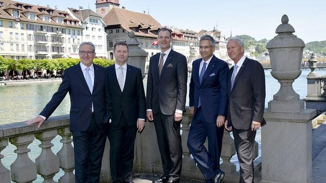 Die fünf neugewählten Regierungsmitglieder posieren vor der Stadtkulisse.