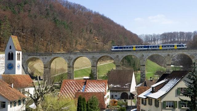Ein Zug überquert das Viadukt bei Rümlingen auf der alten Hauensteinstrecke Sissach-Laeufelfingen-Olten,